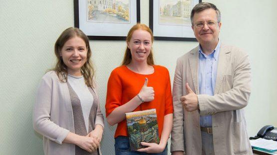 Слева направо - автор курса, директор Центра коммуникационных технологий ДМТиКП М.С. Арканникова, Катя Мартынец, директор ИПМЭиТ В.Э. Щепинин