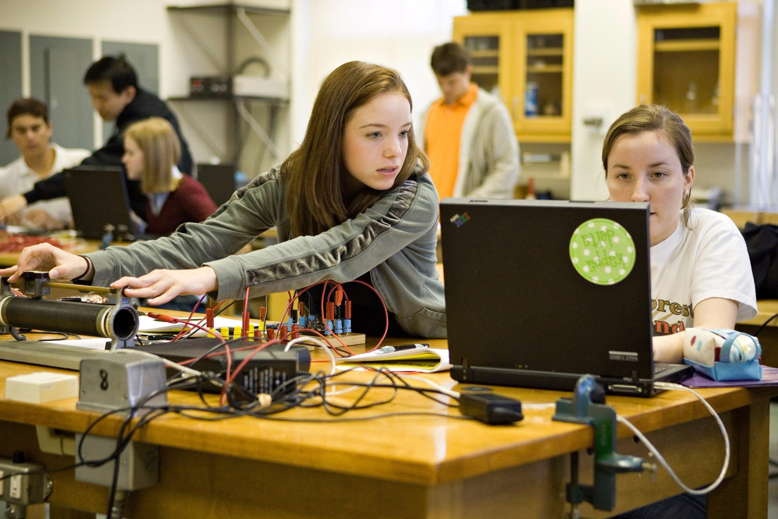 Естественно-научный лицей СПбПУ запустил онлайн-курс для подготовки к ЕГЭ по физике для школьников 10-11 классов